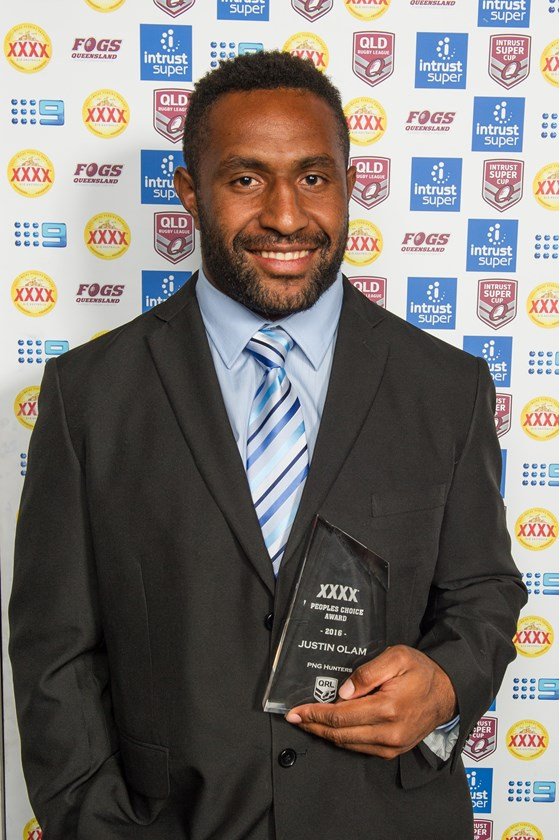 Justin Olam with his XXXX People's Choice Award in 2016. Photo: Marc Grimwade Photography