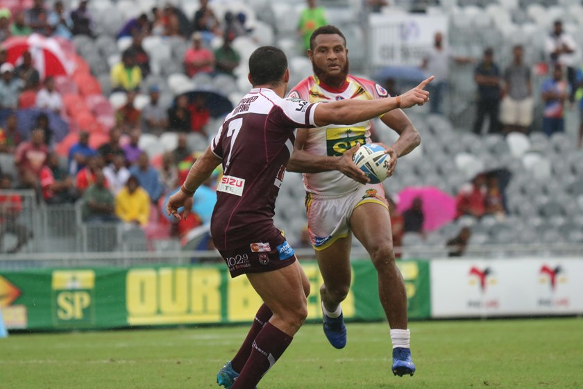 Bland Abavu runs at Jamal Fogarty. Photo: PNG Hunters Media